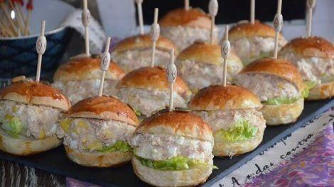 Jednohubky a další malé dobroty patří ke klasice. Zkuste ale nabídnout hostům něco netradičního, třeba miniaturní hamburgery, plněné tuňákem a podávané za studena. Tento recept pochází z Alžírska a podotýkáme, že tuňáková náplň není dogma. Zaleží jen na vaší fantazii…