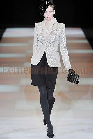Resultados de la Búsqueda de imágenes de Google de http://www.femeninas.com/images/Desfiles-Moda-Milan/Giorgio-Armani-Milan/blusa-cuello-volcado-spencer-smoking-falda-tulipan-negra-Giorgio-Armani-18.jpg