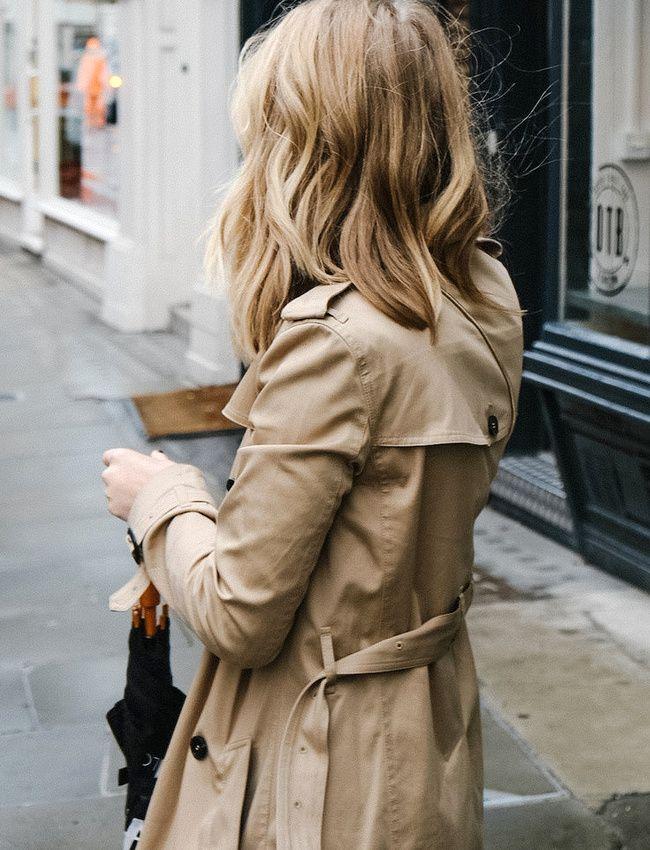 Trench camel + cheveux blonds cendrés légèrement froissés = le bon mix (photo Chelsea Lankford)