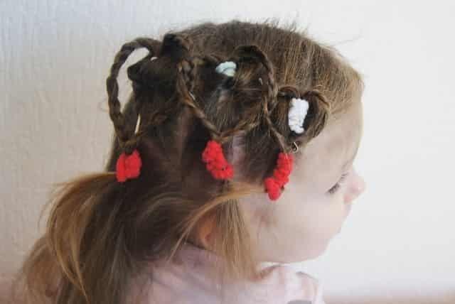 De leukste kapsels voor Valentijnsdag; met staartjes, vlechtjes en natuurlijk hartjes! Voor langere en korte haren. https://www.mamaliefde.nl/blog/valentijn-peuter-kapsels/