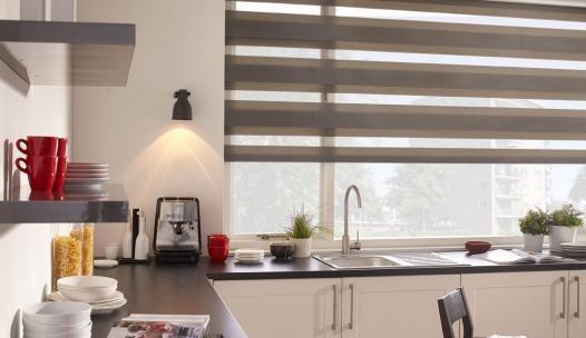 Een bruin roljaloezie past perfect bij een mooie warme keuken. Bestel eenvoudig en snel uw roljaloezieën voor rechte ramen op maat bij Solusions.nl. Voordelig, veilig en snel! #woontrend #roljaloezie #raamdecoratie #interieur