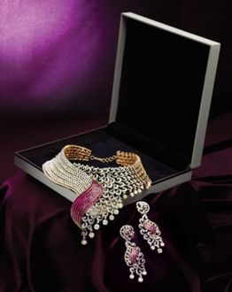This alluring set combines traditional and contemporary, to give you an artistic piece of jewellery that truly defines you.