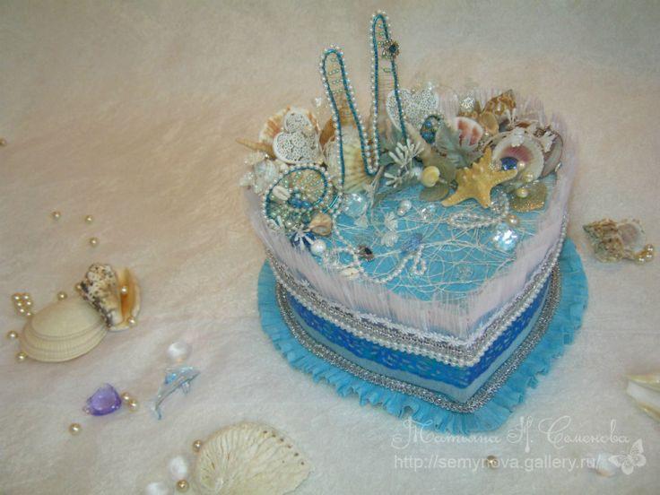 торт шкатулка с киндер сюрпризами- выполнена в морском стиле- тон работы бело голубой, материалы выбраны воздушные, как морская пена, использован природный материал- ракушки, морские звезды, тж дополнено все бусами- имитация жемчуга и капель воды и в  основе композиции монограмма с буквой М - имя Марина, что и дало направление  в выполнении данной работы , ведь Марина - имя морское ;)