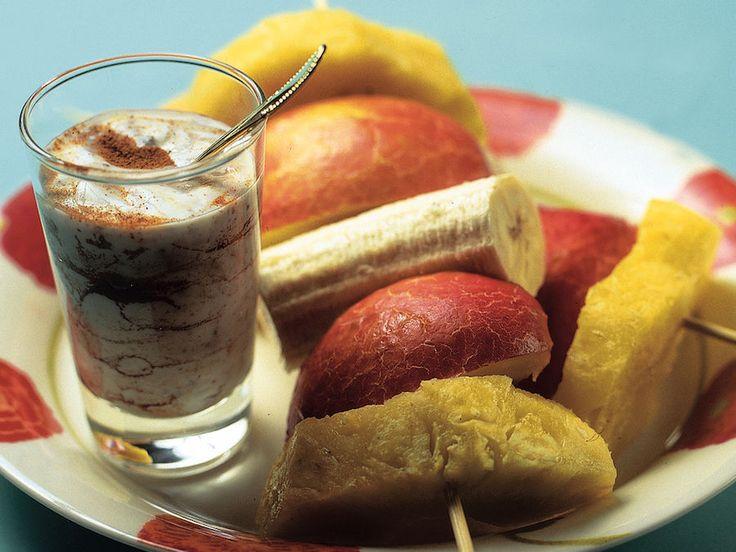 Hedelmävartaat ja jogurttikastike