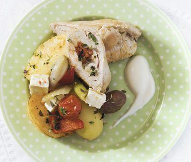 Ett ganska enkelt men lyxigt recept på chorizofylld kyckling med medelhavsgrönsaker som passar bra till festliga hemmakvällar. Du gör det av bland annat potatis, fänkål, paprika, fetaost, kycklingfilé, chorizosalami och yoghurt.