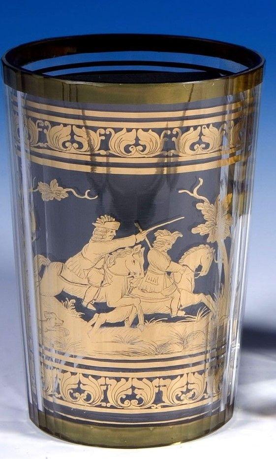 """Signiert """"J.M.POHL HAIDA"""" - Farebloses, vielfach facettiertes Glas. Zwischen den Schichten in gold- bronzefarbener, radierter Folie ausgeführter Dekor: zwischen Akanthusbordüren umlaufend dargestellte Hirschjagd in Waldlandschaft"""