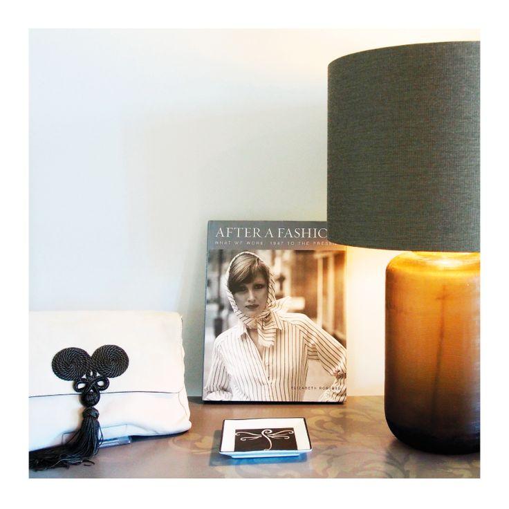 Başucu koleksiyonunuz Simple Life'dan. Pozanta çanta, el oyması porselen kül tablası, lamba ve kitap seçeneklerimiz için web sitemizi ziyaret edebilirsiniz.