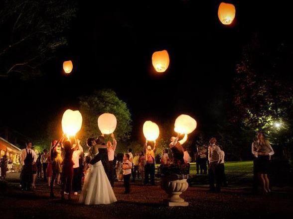 Voordeel pakket 10 wens ballonnen9 witte vliegende lantaarns1 rode vliegende lantaarnWens ballonnen hebben de klassieke vorm van een hete lucht ballonHoogte van de lantaarn is 75 cmDe lantaarns hebben...