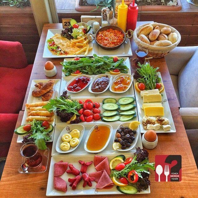 Serpme Kahvaltı - Kahve Diyarı Göztepe / İstanbul Telefon : 0 216 566 46 66 Fiyat : 33.5 TL / İki Kişilik Menemen, Omlet Fiyata Dahil değildir.. Kaşarlı Menemen : 8 TL Sebzeli Omlet : 8 TL Sınırsız çay ile birlikte.