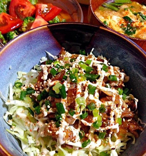 ニラ玉お揚げの味噌汁・サラダ - 15件のもぐもぐ - 豚肉の甘辛炒め丼千切りキャベツのっけ by カウンター嬢