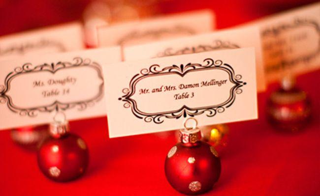 Cute cheap Christmas Winter Wedding place card holder idea with Christmas ornament Sød og billig ide til bordkort til et vinter jule bryllup