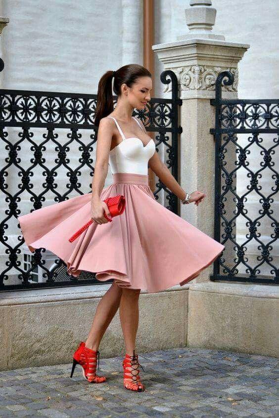 Falda corte A rosa palo, crop corte corazón blanco.  Zapatilla color rojo