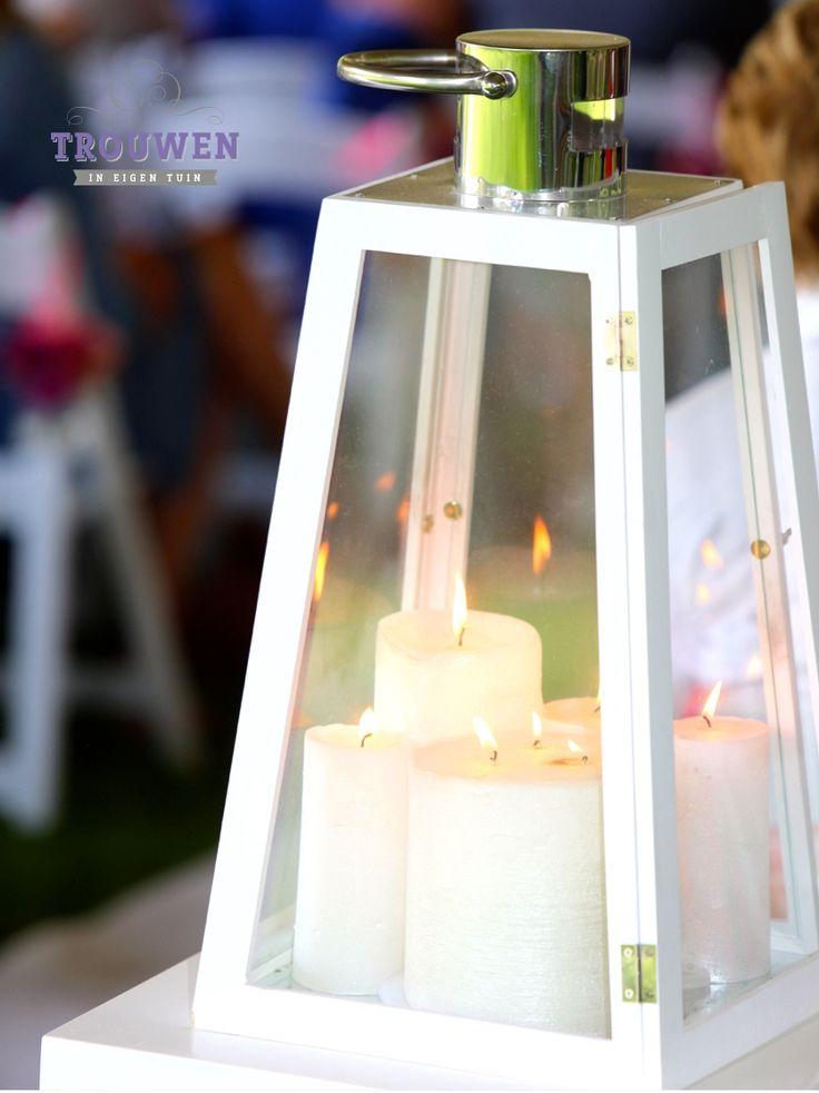 www.trouwenineigentuin.nl Sfeerlichtjes en windlichten ter decoratie van de huwelijksceremonie.