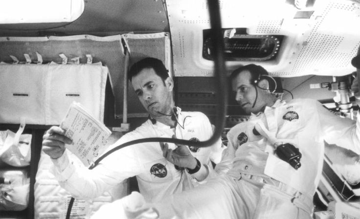 Still of Tom Hanks and Bill Paxton in Apollo 13 (1995)