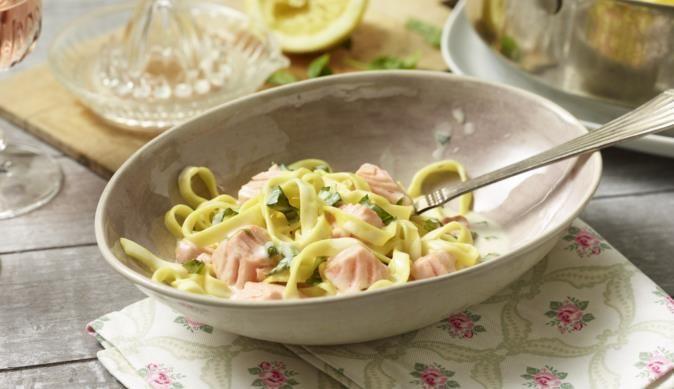 Die sämige Pasta mit Lachs-Sahne-Sauce schmeckt nicht nur großartig, sie ist auch in nur 15 Minuten zubereitet. Perfekt für alle die es eilig haben und trotzdem etwas Leckeres kochen wollen.