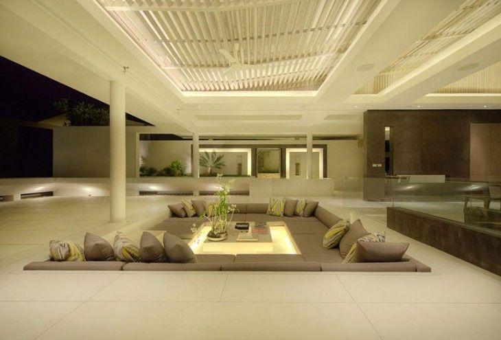 área de sala dentro de una casa con sillones y una mesa de centro