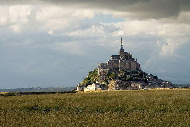 El Monte Saint Michel es uno de Los destinos mas visitado de Toda Francia. Todo el Complejo Es un conjunto de Construcciones Religiosas y defensivas, construídas sobre una Isla a merced de las mareas, en el estuario del río Couesnon. Se encuentra en Normandía y recibe más de tres millones de Visitantes cada año.