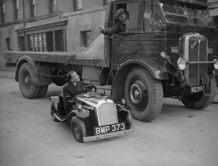 Un conducteur de camion parle au chauffeur d'une voiture miniature à Cardiff ( Pays de Galles) Février 1935 - source Another Vintage Point.