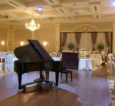 They booked a pianist for their wedding reception.  彼らは結婚式の披露宴のためにピアニストを予約した。