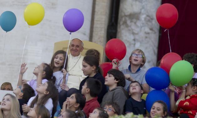 El Papa Francisco siempre rodeado de gente.
