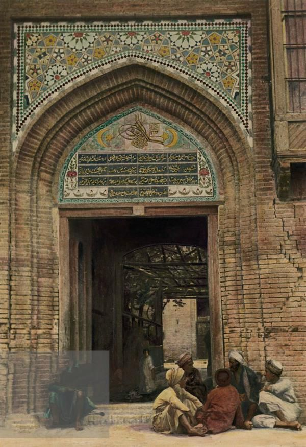 Iraq, Baghdad, entrance to the mosque and the shrine of Sheikh Abdul Qadir Jilani.