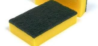 Chi usa le classiche spugne giallo verde sintetiche o in cellulosa (sempre meglio scegliere queste ultime) per lavare i piatti sa che dop...