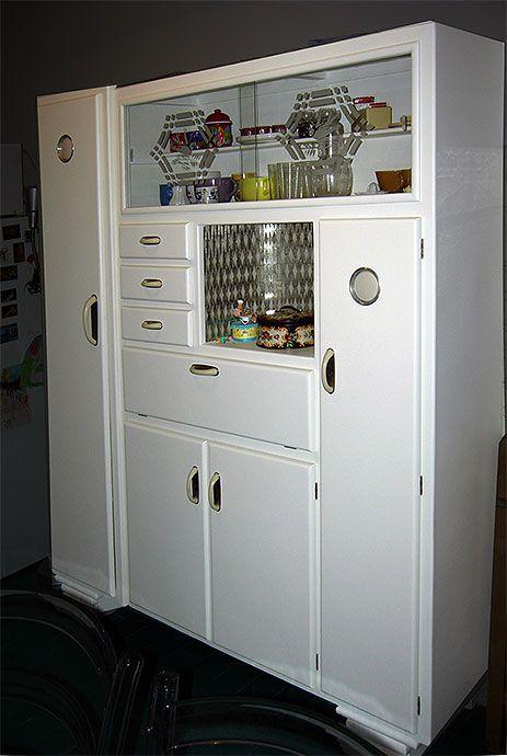 """Negli anni 50 la credenza laccata di bianco con vetrina per esporre i servizi """"buoni"""" e sportello porta cibo con areazione era  il mobile che ogni famiglia doveva avere"""