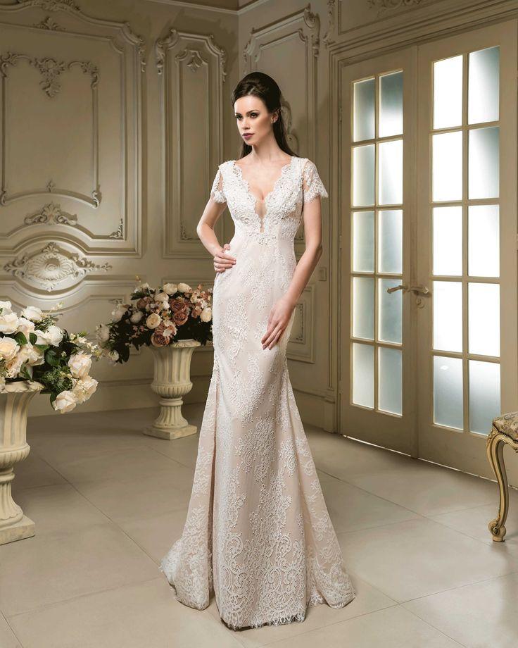 Elegantné čipkované svadobné šaty s krátkym rukávom a s hlbokým výstrihom