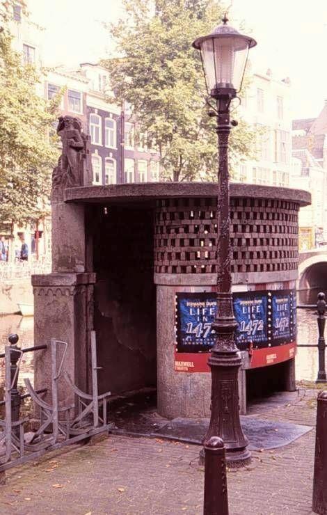 Toilet, onderdeel van een gamma straatmeubilair geïnspireerd op de ...