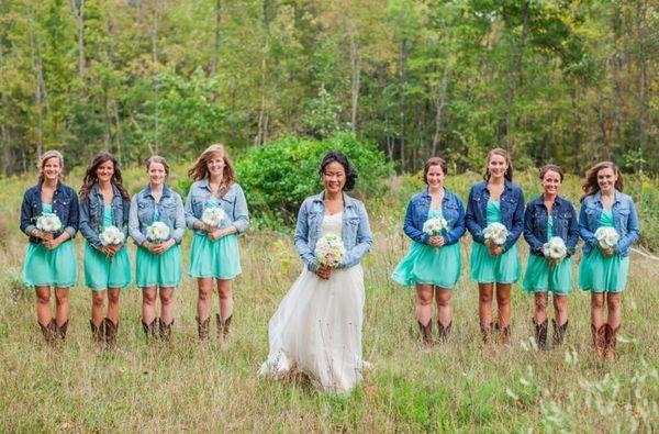 La mariée et les demoiselles d'honneur portent toutes une veste en jeans