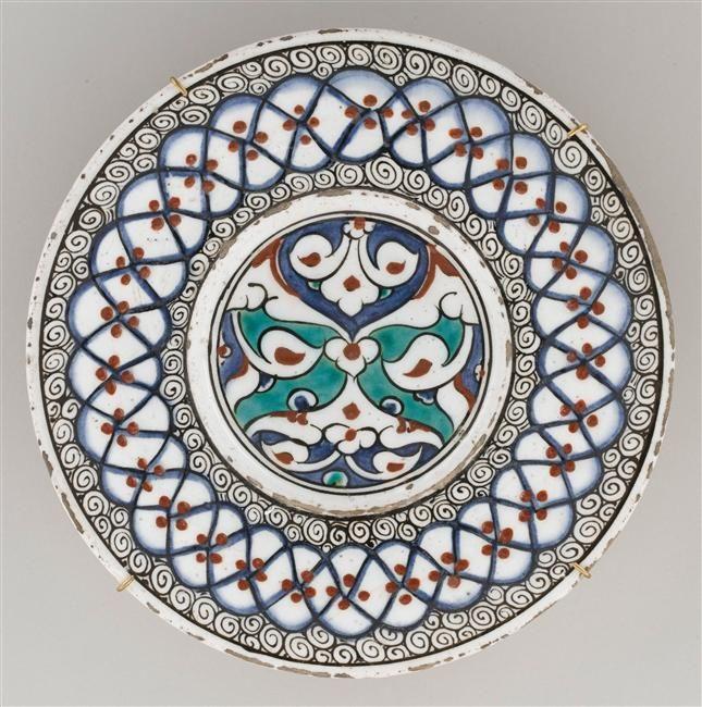 Plat au Grand Fleuron en Reserve, Iznik, vers 1580, periode Ottomane | Ecouen | Réunion des Musées Nationaux