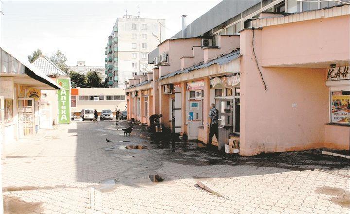 """Подобно вокзалу, по которому приезжие составляют своё первое впечатление о городе, стоит на въезде в Колычёво безымянный торговый комплекс (ТК), отождествляемый покупателями с местом расположения - трамвайной остановкой """"Завод ЖБИ"""". В 1999 году выросли здесь торговые ряды. Большинство первых владельцев площадей уже давно сменили работу у прилавка на иное занятие, предпочитая сдавать свои магазины в аренду. Именно потому их интерес к торговому комплексу остался лишь на уровне """"денежка капает…"""