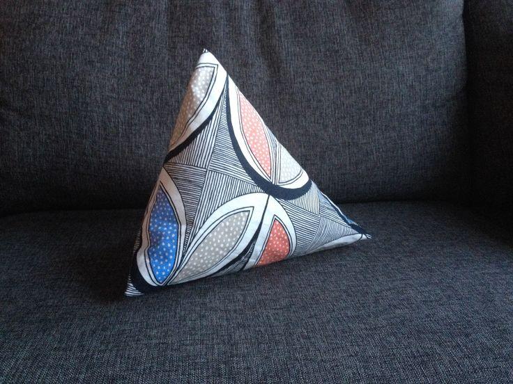Piramide driehoek    Leuke afwijkende vorm, perfect voor een stoere kinderkamer! De piramide kussen kan ook gebruikt worden om een boek of ipad tegen aan te zetten. Zo kan je kindje nog even een boek lezen voor het slapen gaan. Natuurlijk is de piramide kussen ook geschikt voor een kussen gevecht!  Piramide kussen 30 cm hoog. Handgemaakt daardoor leverbaar geheel naar uw wens.