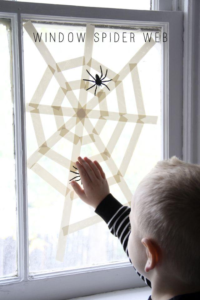 Hilfe, eine Spinnen-Invasion! Eine supertolle DIY-Deko für Halloween, wirklich leicht nachzumachen - auch für ungeduldige Kinder super als Herbstbastelei geeignet!  P.S.: Wußtest Du, dass die Fäden ganz in der Mitte vom Spinnennetz gar nicht klebrig sind?