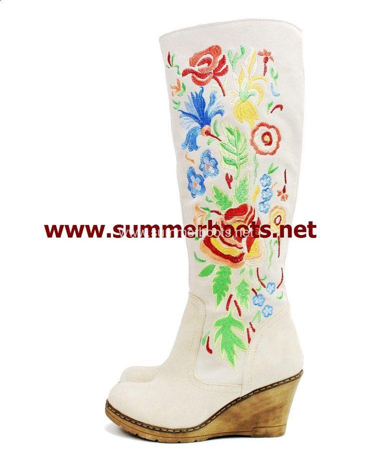 Замшевые зимние женские сапоги с вышивкой на танкетке серые Женские зимние сапоги на невысоком каблуке. Уникальная вышивка сделает �