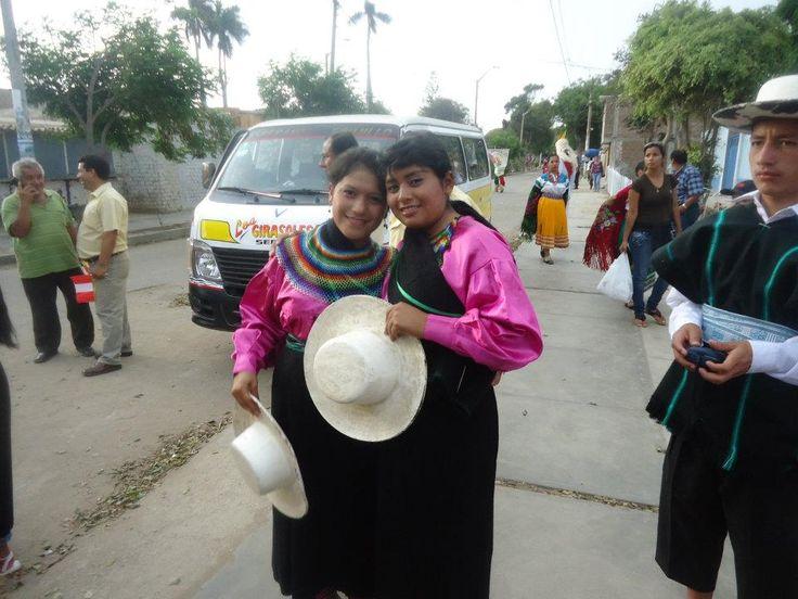 SARAGURO un baile conformado por un vestuario de  hombre como mujer  donde lleva un accesorio de colores  con dos faldas  y como también un  sombrero  de colo  blanco y negro.