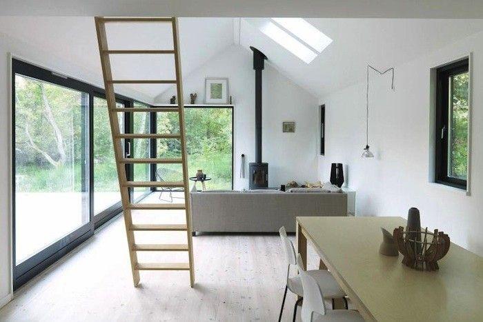 Die Architekten von Lykke + Nielsen und der Hersteller Moen huset haben ein schlichtes und schönes modulares Sommerhaus geschaffen. Typisch dänische Zurückhaltung im Innenraum, Reduktion auf das Wesentliche, kein Schnick-Schnack. Ich könnte mir das sehr gut als Prefab-Wochenendhaus vorstellen. Auf meiner Lieblingsinsel Fehmarn wäre sicher noch ein Plätzchen frei!! Gefunden via Remodelista, Fotos: Small House …