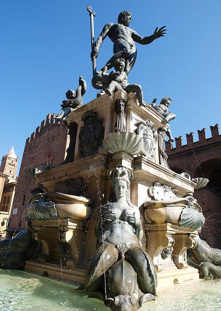 Fontana del Nettuno in Bologna, Italy (by Grumbler).