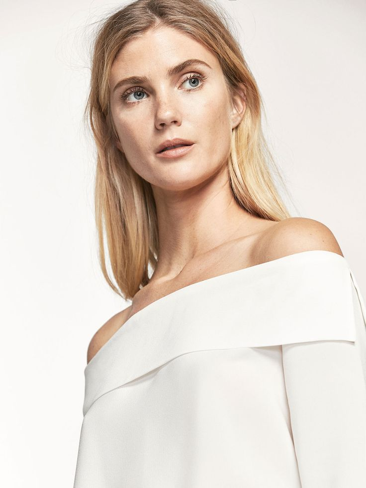 Plain blouse made from slightly elastic mulberry silk. Straight cut, off-the-shoulder neckline, long sleeves and round hem with side vents.