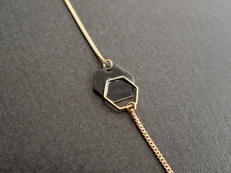 Bracelet minimaliste hexagone noir - Bijou émaillé : Bracelet par adele-louise #bracelet #géométrique #hexagone