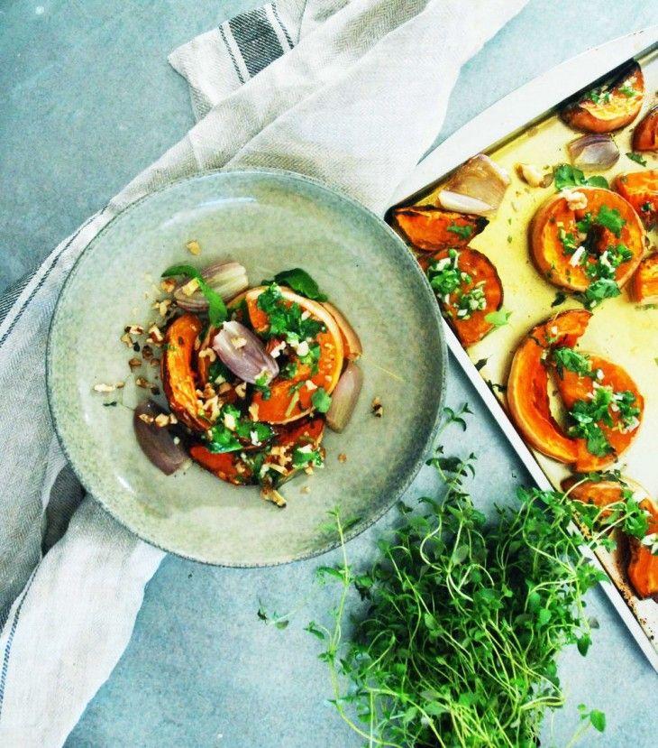 Ugnsrostad butternut squash med gremolata och valnötter - comfort food när det är som bäst skulle jag säga. Ät pumpan som den är eller som tillbehör. Vi