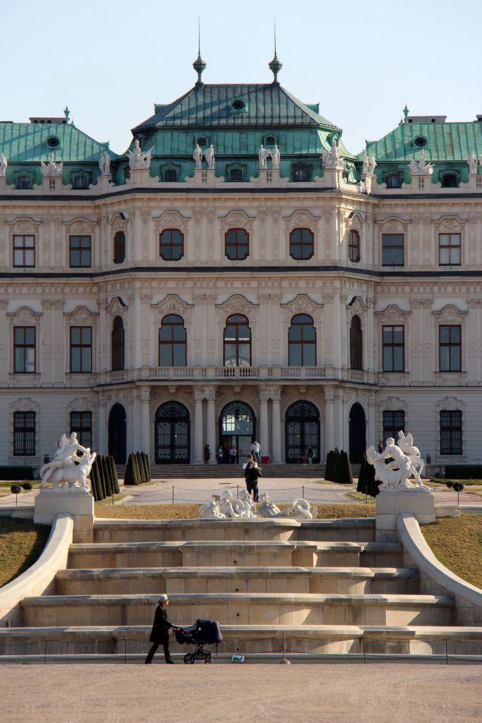 オーストリア ウィーンにある美しいバロック建築ベルヴェデーレ宮殿の写真です。
