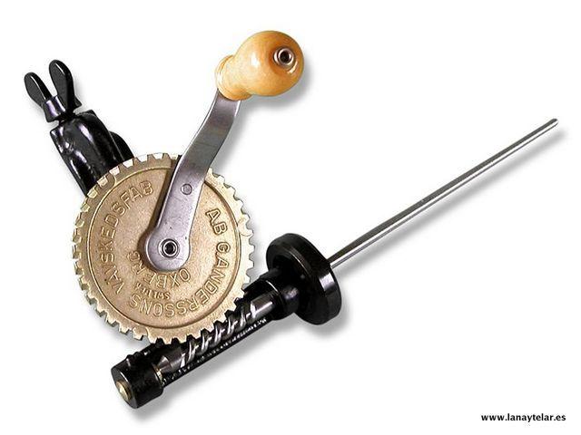 Bobinadora de Hilo para Telar La bobinadora de hilo manual dispone de pinzas con tornillo y palometa para el anclaje a cualquier parte.
