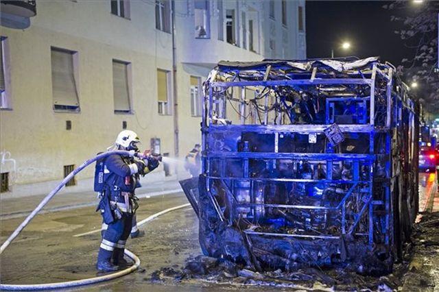 Egy füstölgő roncs maradt a Széll Kálmán téren kedd este kigyulladt buszból. A 16-os vonalon közlekedő egyik új midibusz égett ki, nem tudni, miért. http://ahiramiszamit.blogspot.ro/2017/04/egy-fustolgo-roncs-maradt-szell-kalman.htmlc