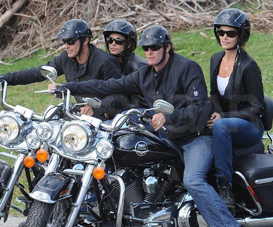 Fille à l'arrière de la moto