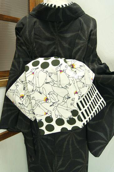 モノクロームの水玉とペンギンのモチーフと、モダン格子パターンがリバーシブルになった姉妹屋オリジナル半幅帯です。