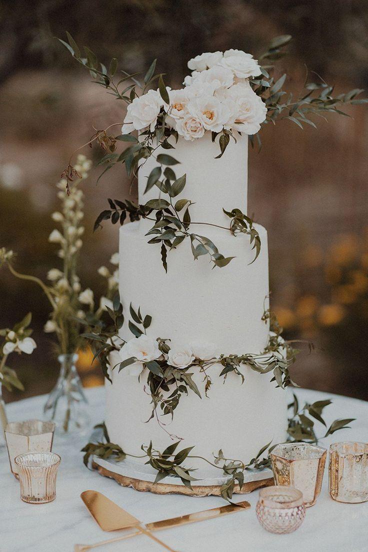 Weiße und grüne Hochzeitstorte perfekt für rustikale oder Boho-Hochzeiten. – …
