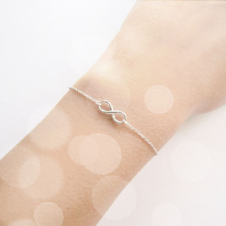 NÁRAMEK INFINITY Náramek ve stříbrném provedení s přívěškem infinity (nekonečno).Jemný a moderní šperk v jednoduchém stylu. Přívěšek je velký 14x6 mm, délka náramku je na přání popřípadě s prodlužovacím řetízkem.