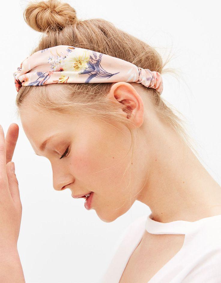 L2017 https://www.bershka.com/pl/kobieta/akcesoria/akcesoria-do-włosów/opaska-z-nadrukiem-w-kwiaty-c1010193147p101096603.html?colorId=622