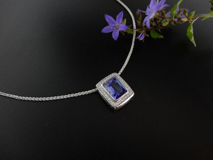 Handgemaakte witgouden hanger met diamant en Tanzaniet aan een witgouden collier. In opdracht vervaardigd.